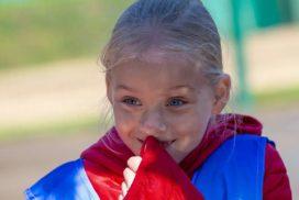 улыбающаяся юная спортсменка